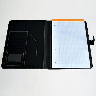 Conférencier imprimé ouvert avec bloc-notes
